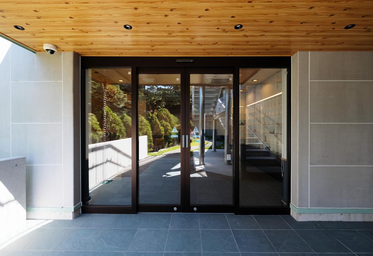 納骨堂の玄関